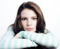 Adolescente que parece preocupado aislado en el fondo blanco Foto de archivo libre de regalías