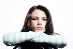 Adolescente que parece preocupado aislado en el fondo blanco Imagenes de archivo