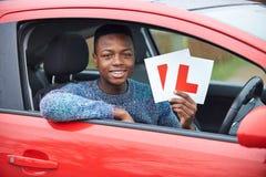 Adolescente que pasa conduciendo el examen Foto de archivo
