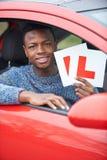 Adolescente que pasa la prueba de conducción Foto de archivo libre de regalías