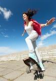 Adolescente que patina afuera Fotos de archivo