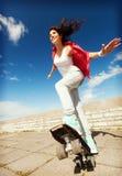 Adolescente que patina afuera Fotografía de archivo libre de regalías