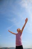 Adolescente que permanece con las manos levantadas Foto de archivo