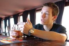 Adolescente que pide otra cerveza Imagen de archivo libre de regalías