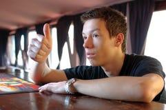 Adolescente que pide una bebida Imágenes de archivo libres de regalías