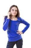 Adolescente que piensa para una respuesta en smartphone Fotografía de archivo