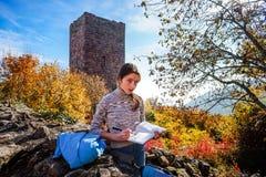 Adolescente que pinta ruinas viejas del castillo Imagen de archivo