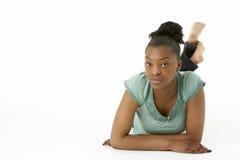 Adolescente que pone en el estómago Imagen de archivo