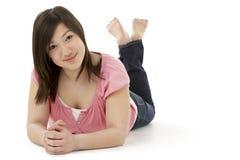 Adolescente que pone en el estómago Imágenes de archivo libres de regalías