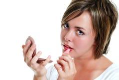 Adolescente que pone en el lápiz labial Imagen de archivo