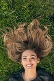 Adolescente que pone en hierba Fotos de archivo
