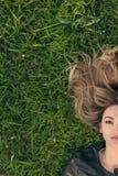 Adolescente que pone en hierba Fotografía de archivo