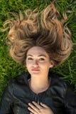 Adolescente que pone en hierba Fotos de archivo libres de regalías