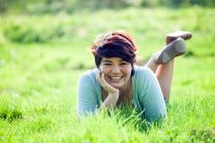 Adolescente que pone en hierba Imagen de archivo