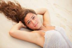 Adolescente que pone en la arena Fotos de archivo