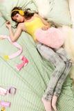 Adolescente que pone en su cama Foto de archivo