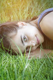 Adolescente que pone en un prado Foto de archivo