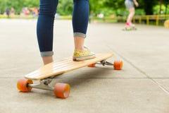 Adolescente que practica montando al tablero largo Fotos de archivo libres de regalías