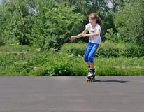 Adolescente que practica su rollerblading Fotografía de archivo libre de regalías
