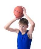 Adolescente que prepara-se para jogar a bola para o basquetebol Isolado no fundo branco fotos de stock