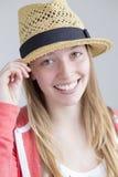 Adolescente que presenta con el sombrero Imagen de archivo