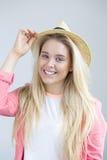Adolescente que presenta con el sombrero Fotografía de archivo