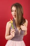 Adolescente que presenta con el tulipán Imagen de archivo