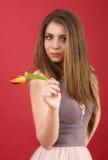 Adolescente que presenta con el tulipán Imagen de archivo libre de regalías