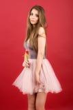 Adolescente que presenta con el tulipán Fotografía de archivo