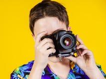 Adolescente que presenta con la cámara de la foto Fotos de archivo libres de regalías