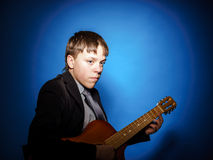 Adolescente que presenta con la guitarra Foto de archivo