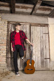 Adolescente que presenta con la guitarra acústica Fotografía de archivo