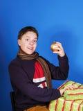 Adolescente que presenta con las cajas de regalo de la Navidad Imagenes de archivo
