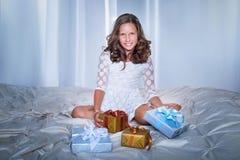 Adolescente que presenta con los regalos Imagen de archivo