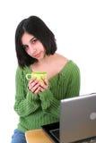 Adolescente que presenta delante de la computadora portátil Fotos de archivo libres de regalías