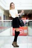 Adolescente que presenta en equipo de moda en alameda de compras Foto de archivo