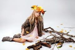 Adolescente que presenta en estudio Fotos de archivo libres de regalías