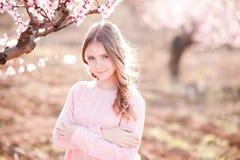Adolescente que presenta en jardín Fotografía de archivo