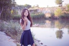 Adolescente que presenta en las notas del parque Foto de archivo libre de regalías