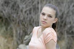 Adolescente que presenta en naturaleza Imagenes de archivo