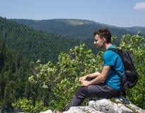 Adolescente que presenta en un acantilado muy alto Fotos de archivo libres de regalías