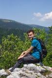 Adolescente que presenta en un acantilado muy alto Fotografía de archivo
