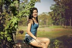 Adolescente que presenta en un parque Fotos de archivo libres de regalías