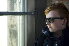 Adolescente que presenta las gafas de sol que llevan Fotografía de archivo libre de regalías