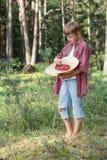 Adolescente que prueba wildberries frescos del bosque Imagenes de archivo