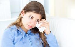 Adolescente que quita su maquillaje Imagen de archivo