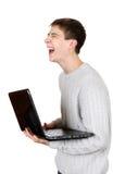 Adolescente que ríe con el ordenador portátil Fotografía de archivo