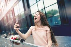 Adolescente que ríe mientras que toma un selfie Fotografía de archivo libre de regalías