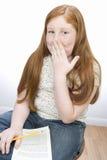 Adolescente que ríe nerviosamente Fotografía de archivo