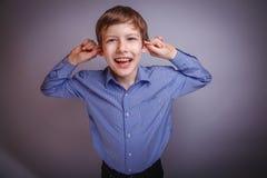 Adolescente que ríe tirando de sus oídos Fotos de archivo libres de regalías